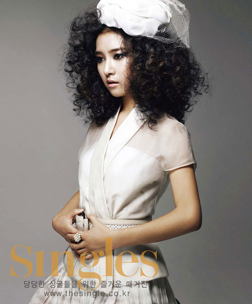 Kim So Eun in Singles (7/09)